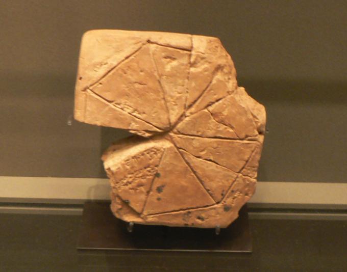 Dans les salles babyloniennes, une tablette présentant un heptagone régulier... et le calcul de la hauteur d'un des sept triangles isocèles le composant.